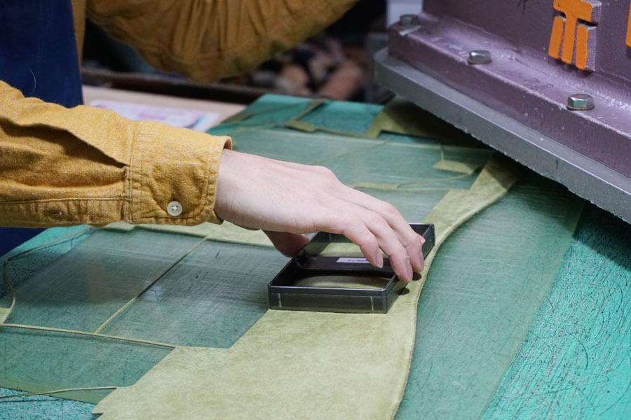 イボーナの革工房-コンパクトウォレットの裁断